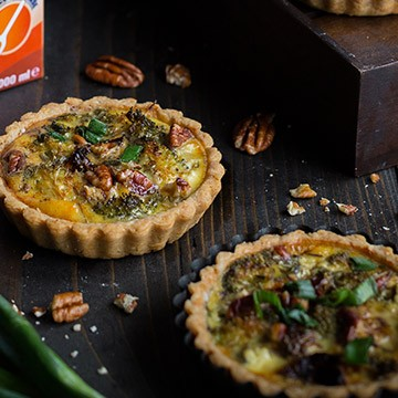 Mini quiche with broccoli, goat cheese and pecan nuts