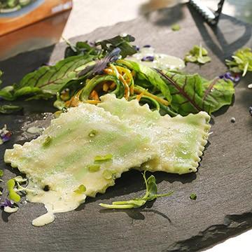 Ravioli szpinakowe z warzywami julienne w kremie